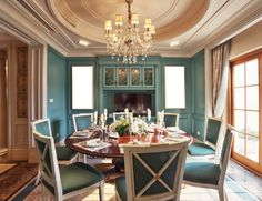 Elevate Home Design - Forget the hassle of hiring a traditional interior. Green Dining Room, Dining Room Paint, Elegant Dining Room, Luxury Dining Room, Beautiful Dining Rooms, Dining Room Design, Style At Home, Ceiling Design, Wall Design