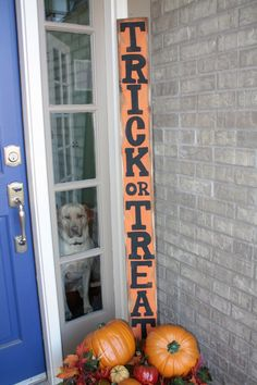 Handmade Trick or Treat wooden sign.too bad the doggy looks soooooo unhappy! Halloween Boo, Halloween Projects, Holidays Halloween, Happy Halloween, Halloween Decorations, Halloween Table, Halloween Ideias, Wooden Halloween Signs, Wood Decorations