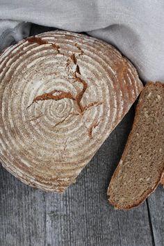 Der Sauerteig ist etwas ganz besonders Faszinierendes für mich. Natürlich muss man immer etwas mehr Zeit einplanen, bis das Brot fertig ist - aber es lohnt sich definitiv, denn das Ergebnis ist ein luftiges Brot, das lange saftig bleibt.      Roggen-Haferflockenbrot mit Sauerteig Bakery, Bread, Baguette, Cooking, Pizza, Vegan, Kuchen, Rye, Worth It