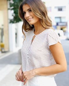 210 Likes 2 Comments Trajes Business Casual, Business Casual Outfits, Blouse Styles, Blouse Designs, Mode Simple, Moda Chic, Short Tops, Cute Tops, Fashion Outfits