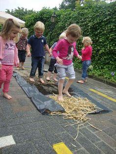 thema boerderij: we wandelen door het kippenhok, modderpoel, wei, ...