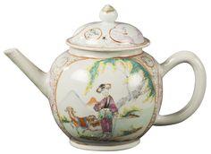 Théière à décor d'une figure en porcelaine de Chine de la Compagnie des Indes d'époque Qianlong Théière peinte dans les émaux de la famille rose, sur chacune des deux faces, d'une dame de cour richement vêtue accompagnée de deux chèvres sous un saule pleureur. Sur les cotés et le couvercle, des médaillons avec des paysages lacustres en camaïeu carmin et des branches de bambous peintes en grisailles.
