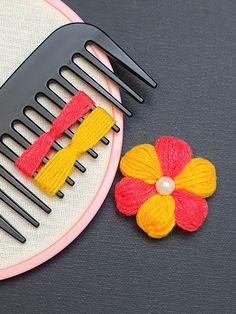 Yarn Flowers, Knitted Flowers, Burlap Flowers, Handmade Rakhi Designs, Woolen Flower, Woolen Craft, Hand Embroidery Patterns Flowers, Crochet Flower Tutorial, Crochet Snowflakes