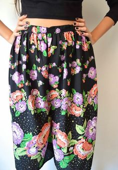Detalle, pantalón negro con flores.
