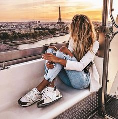 What a beautiful way to spend your evening in paris! Watching the Eiffel tower and the sun down isn't just extremely romantic? Europe Fashion, Paris Fashion, 90s Fashion, City Fashion, Fashion Clothes, Fashion Outfits, Girl Photography, Travel Photography, Socks Outfit
