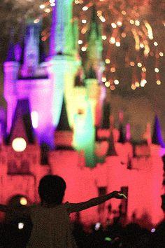 Olha a animação dessa garotinha vendo a queima de fogos em frente ao castelo da Cinderela no parque Magic Kingdom! Disney <3