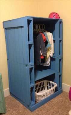 What a great idea! Would be great for the sewing room with an extra shelf added in! Dump A Day Amazing Uses For Old Pallets - 35 Pics