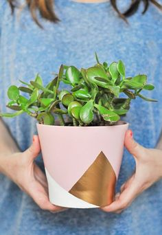 DIY: colorblocked geometric vase - Easy Diy Home Decor Painted Plant Pots, Painted Flower Pots, Fleurs Diy, Creation Deco, Diy Projects To Try, Craft Projects, Craft Ideas, Diy Home Decor, Easy Diy