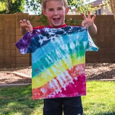 Rainbow Tie Dye Shirt Tutorial — This Rainbow Tie Dye Shirt resembles... you guessed it, a rainbow beaconed in the sky during the aftermath of a rain shower! This colorful rainbow tie dye technique is so easy to make and is a fun activity for kids and adults alike no matter what season! Tie Dye Patterns, Cool Patterns, Rainbow Tie Dye Shirt, Tie Dye Instructions, Recycled Crafts Kids, Tie Dye Kit, Shirt Tutorial, Fun Summer Activities, Tie Dye Techniques