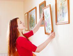 Há inúmeras maneiras de pendurar quadros sem precisar de pregos e sem agredir a pintura (nem arriscar perder o dedo). Veja algumas delas: