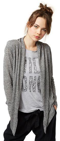 Langarm Jersey-Jacke für Frauen (unifarben, langärmlig, vorne offen geschnitten) aus Jersey in leichter Melange-Optik gefertigt, Öffnung mit Volants, spitz zulaufend. Material: 89 % Polyester 11 % Baumwolle...