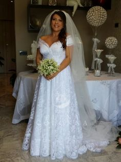 Matrimoni in diretta. Pizzo e linee scivolate per realizzare l'abito da sposa dei sogni di Valeria.
