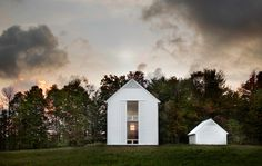 Donning a simple all-white exterior, the Pennsylvania Farmhouse pleasantly pops out against a rural landscape of green rolling hills and meadows in Lakewood, Pennsylvania. Designed by Washington-based Cutler Anderson Architects, the square-f. Farmhouse Architecture, Residential Architecture, Contemporary Architecture, School Architecture, Architecture Art, Farmhouse Design, Modern Farmhouse, White Farmhouse, Modern Barn