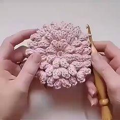Veja Como Aprender Fazer um Tapete de Crochê Passo a Passo! Crochet Basket Pattern, Crochet Flower Patterns, Crochet Stitches Patterns, Crochet Motif, Crochet Designs, Crochet Doilies, Crochet Flowers, Crochet Lace, Crochet Crafts