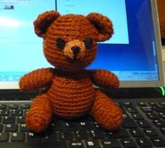 Fournitures : 1pelote pour crochet 4 ou 5 en 60 ou 70 g 1fond de coton ou laine pour crochet 2,5 couleur contrasté (museau) 1 peu de coton à broder noir : bouche, nez et yeux si il s'agit d'un jouet pour bébé 2 boutons : si il ne s'agit pas d'un jouet...