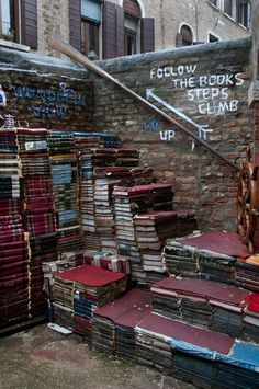 Zum verregneten Wochenende unser Tipp: Buch kaufen, Zuhause gemütlich machen, lesen und bis Montag nicht mehr raus gehen. ;-)  (Bild: Treppe aus Büchern vor einem Büchergeschäft in Venedig - Libreria Acqua Alta)  http://www.treppen-deutschland.com/
