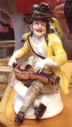 Suonatore di ghironda, manifattura Meissen, 1736, modello J.J. Kandler (Cat. Tomo 2, p. 245). Museo Teatrale alla Scala, Milano