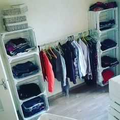 Klamotten-Regal aus Obstkisten Makeshift Closet, Closet Space, Walk In Closet, Pallet Closet, Room Decor, Diy Home Decor, Crate Furniture, Wooden Crates, Clothing Storage