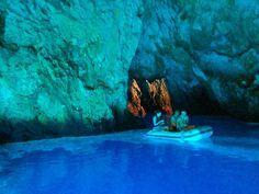 Blauwe grot , Kroatië Daar gaan we heen met de yogacruise Kroatië! https://deyogaboerderij.wordpress.com/2016/02/17/yogacruise-langs-kroatische-kust/