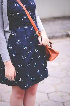 Vestido gatinhos, sueter cinza e bolsa caramelo // Cute Outfit by Jess Vieira