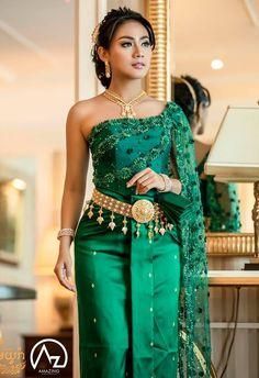 Thai Traditional Dress, Traditional Wedding Dresses, Traditional Fashion, Traditional Outfits, Cambodian Wedding Dress, Thai Wedding Dress, Khmer Wedding, Thai Fashion, Robes D'occasion