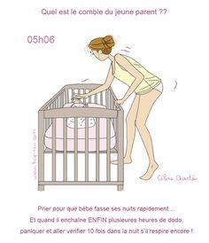 maman penchée sur le lit de bébé
