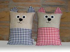 Cojín con forma de gato, confeccionado con tejido beige y combinado con vichy. Orejas aplicadas. Medidas: 35 x 25 Colores: ROJO - MARINO Sewing Toys, Baby Sewing, Fabric Toys, Fabric Crafts, Reading Pillow, Sewing Pillows, Baby Pillows, Cat Pattern, Easy Sewing Projects