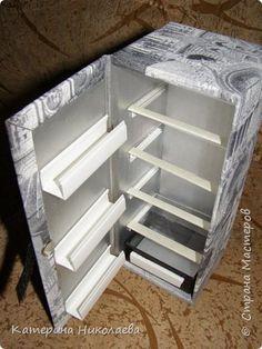Здравствуйте! Продолжаю обустраивать кукольный дом подругиной дочке. Теперь смастерился у меня холодильник - а как же без него, когда девочка так любит лепить из пластилина всякие вкусняшки своим куклам?:) Вот какое чудо техники из картона получилось. фото 2
