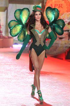 Hilary Rhoda http://www.vogue.fr/mode/news-mode/diaporama/le-defile-victoria-s-secret-2012/10456/image/642146#hilary-rhoda