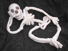 Realistic Bona Fide Skeleton Crochet Amigurumi by CraftyDebDesigns, vía etsy