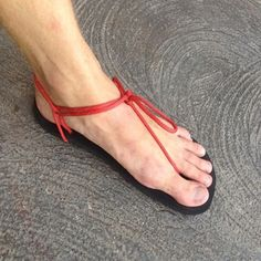 Vibram Huarache Running / Hiking Sandals from paracord and rubber base @ instructables.com