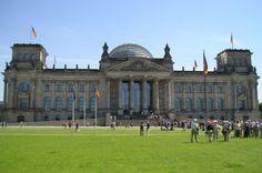 Tabara de limba germana & vizite turistice pentru tineri independenti // Tabara internationala de vara de limba germana pentru tineri cu varsta intre 15 si 22 ani are loc in Berlin, oras al superlativelor, care nu este doar capitala si cel mai mare centru oras al Germaniei, ci si cel mai plin de viata oras universitar si unul dintre cele mai mari centre culturale ale Europei. Obiective turistice celebre precum Poarta Brandenburg, Reichstag-ul sau Kurfuerstendamm atrag vizitatori din toata…
