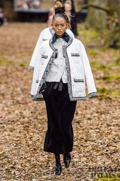 Chanel at Paris Fashion Week Fall 2018 - Runway Photos Fashion Week 2018, Autumn Fashion 2018, Fashion Mode, Fashion News, Runway Fashion, Fashion Show, Womens Fashion, Fashion Trends, Paris Fashion