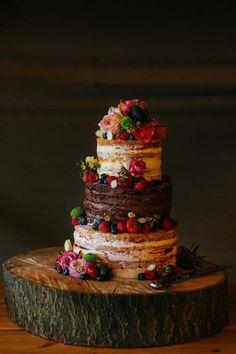 La inspiración de la torta de la boda del chocolate, torta desnuda con gradas, las ideas torta de la boda, las bayas, las rosas