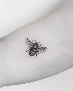 Sexy (but Discreet) Tattoos For Women Diskrete Tattoos, Badass Tattoos, Mini Tattoos, Cute Tattoos, Flower Tattoos, Small Tattoos, Sleeve Tattoos, Tatoos, Tattoo Drawings