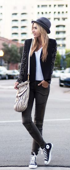 Street Fashion. I love this look, I'm not sure I could pull the outfit off but I'll take that bag.