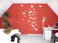 Dachgeschosswohnung bekommt eine rote Wand mit Schmetterlingen. Design von m³ Malermeister Minhorst GmbH in Krefeld (47803) | Maler.org