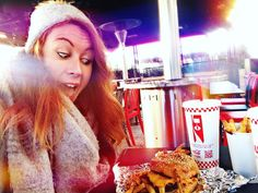 Five Guys  #burger Champs Elysées // Voilà ce qui se passe quand je vais chez @fiveguysfrance  Et toujours un plaisir d'utiliser la machine Freestyle de @cocacolafr  #fiveguys  #cocacolafreestyle