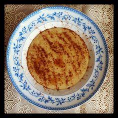 Mingau de aveia Ingredientes 2 colheres (sopa) de aveia em flocos 1 banana prata média 2 colheres (sopa) de leite de coco 2 colheres (sopa) de água filtrada 1 colher (chá) de mel de abelhas Canela à gosto Modo de preparo Liquidifique a banana com a aveia, o leite-de-coco e a água. Leve ao fogo até engrossar. Sirva com o mel e canela.