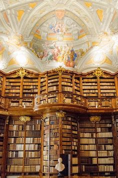 De abdij van Saint-Florian, Oostenrijk. Beautiful Library, Dream Library, Old Libraries, Bookstores, Library Architecture, Interior Architecture, St Florian, Library Inspiration, Last Minute Travel