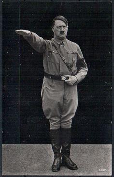 Adolf Hitler era el líder de la Alemania Nazi desde 1932 a 1945. Él tiene un bigote pequeño.