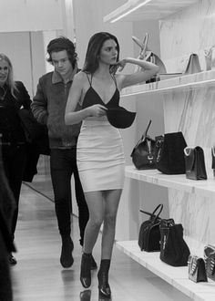 Metrouverr: harry styles and kendall jenner out Kendall Harry, Kendall And Harry Styles, Kendall Jenner Mode, Camila Morrone, Jenner Family, Harry Styles Imagines, Famous Couples, Jenner Sisters, Kardashian Jenner