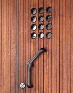 Villa Mairea is a villa, guest-house, and rural retreat designed and built by the Finnish modernist architect Alvar Aalto for Harry and Mai. Alvar Aalto, Porte Design, Door Design, Architecture Organique, Architecture Design, Skandinavisch Modern, Door Detail, Window Detail, Walter Gropius