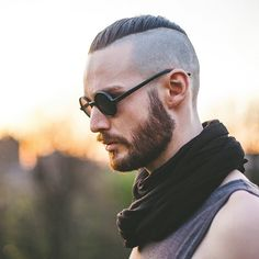 Bild könnte enthalten: 1 Person Mens Hairstyles With Beard, Undercut Hairstyles, Hair And Beard Styles, Haircuts For Men, Hair Styles, Beard Trend, Hair Trends 2015, Beard Haircut, Beard Game