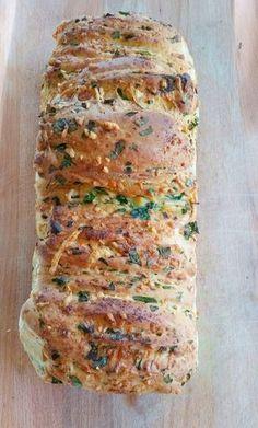 Bröd med vitlök, örter och ost
