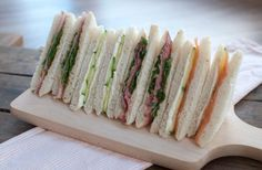 Recipe: 4 sandwiches for high tea - Savory Sweets, High Tea Sandwiches, Tee Sandwiches, Recept Sandwiches, Berry Smoothie Recipe, Easy Smoothie Recipes, High Tea Food, Food Shows, Tea Cakes, Afternoon Tea