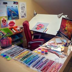 Art studio so well organised to colour. Art Studio Design, Art Studio At Home, Home Art, Artist Aesthetic, Aesthetic Rooms, Art Studio Organization, Dream Art, Creative Studio, Art Studios