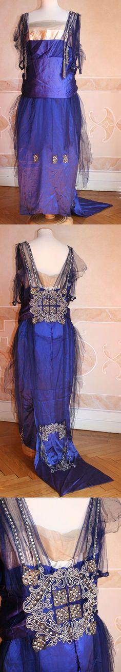 Evening dress in satin blue silk. 1919