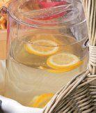 Citronový sirup - skvělé osvěžení. http://www.nakupujvklidu.cz/index.php/obchod/cerstve-potraviny/ovoce/citrusy