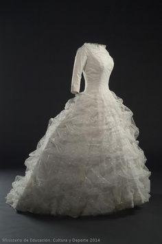 Wedding Dress Cristobal Balenciaga, 1957 Museo del Traje (**Beautiful gown - just please make up your mind, long OR short sleeves! Vestidos Vintage, Vintage Gowns, Vintage Bridal, Vintage Outfits, Vintage Fashion, Vintage Weddings, Timeless Fashion, Vintage Balenciaga, Bridal Gowns